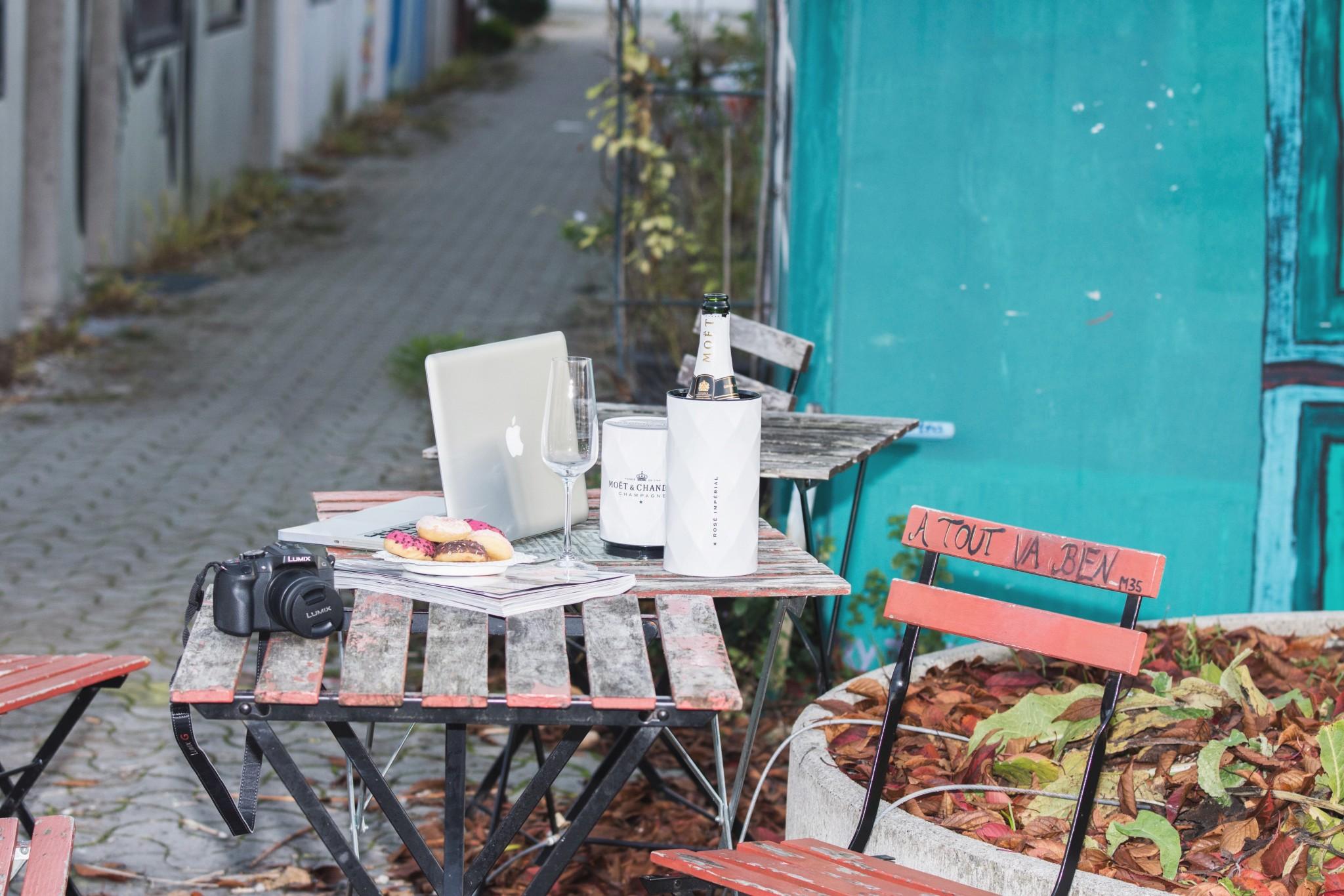 Panasonic Lumix, Kamera, München, Olympisches Dorf, Moet, Champagner, Apple, Macbook, Bistro, Bistrotisch