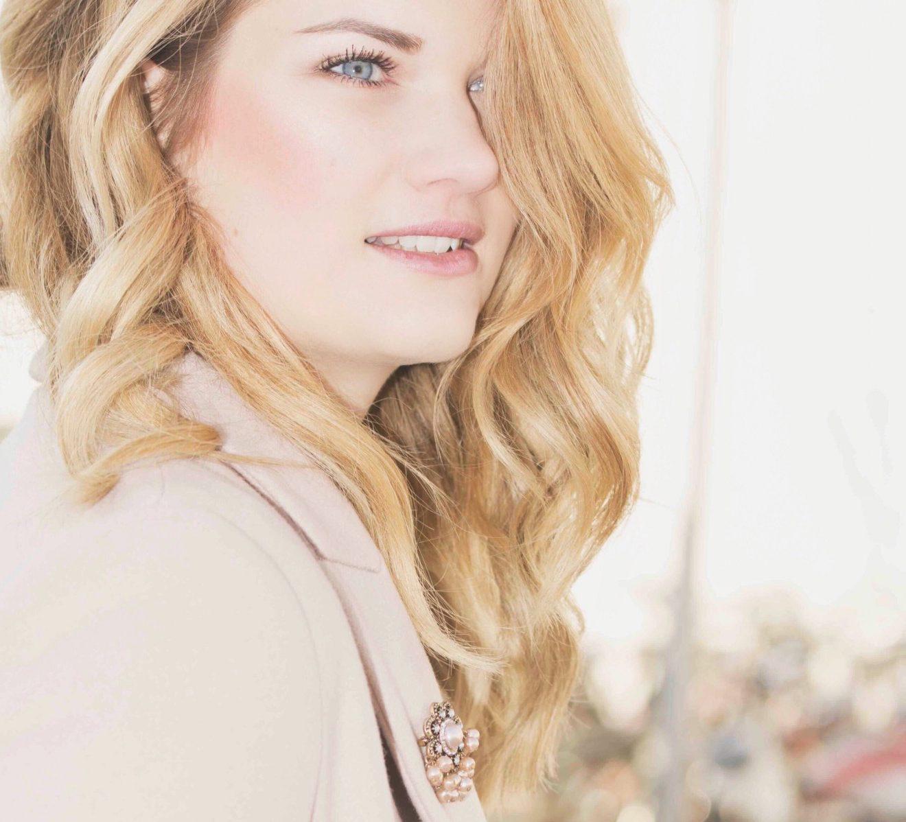 rosa Mantel von Zara, Brosche mit Perlen von H&M, Perlenbrosche, Sitenprofil, Herbst, Autumn, Patellfarben, Haare