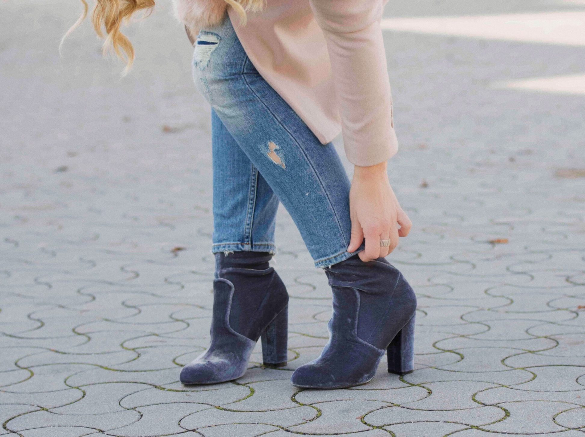 Samtboots in grau, Destroyed-Jeans, Somerset Ring Tiffany, Wollmantel, Pineapples and Pumps, Faschionblog