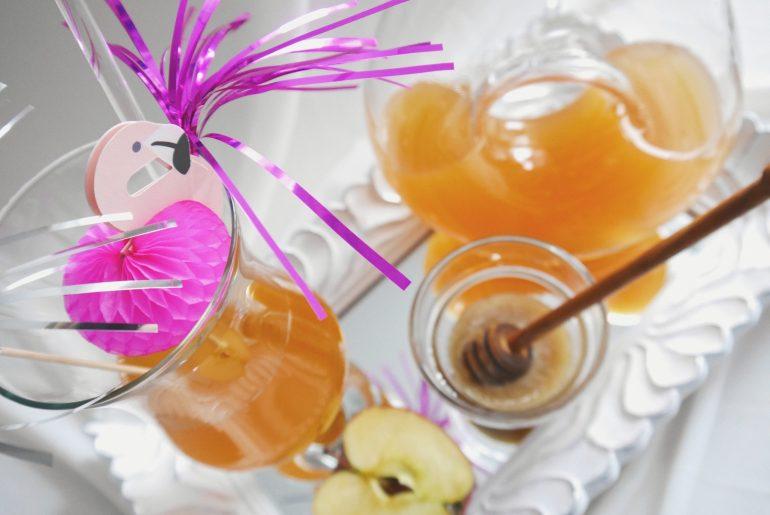 Apfelessig mit Honig, Bioapfel, Cocktail, Cocktailglas, Cocktailschirmchen, Glaskaraffe, Spiegeltablett, Flamingo