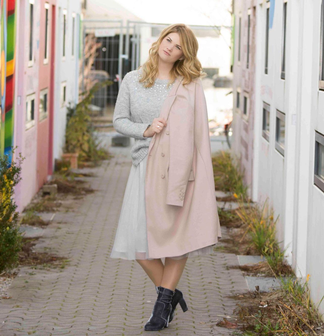 Olympisches Dorf, Nikon, Zara, Pastell, Pastellrosa, Rosa, L'Oréal, Inoa, Perlen, Perlenbrosche, Tiffany, Return to Tiffany, Pineapples and Pumps, Fashionblog, Modeblog, Modeblogger, Fashionblogger, Blogger, Styleblogger, Beauyblogger, Muenchen, Blond, ghd, Mantel, Coat, Statement, Winter, Look, Lookbook, Schmuck, Accesoires, Brosche, Tuellrock, Tuell, Rock, Pullover, C&A, Samt, Samtboots, Boots, Stiefelette