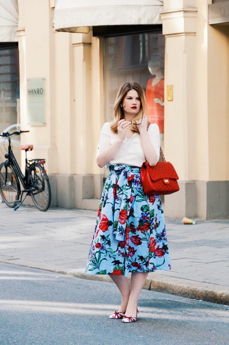 Casual City Look mit Vichy Karo und Blumenprint