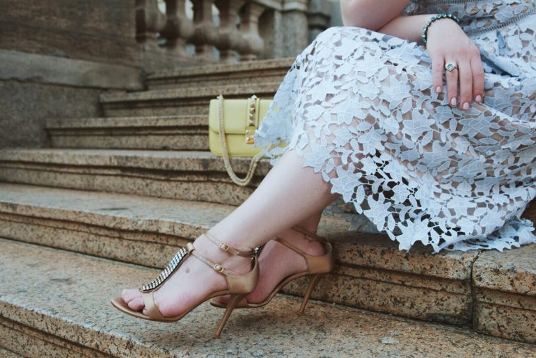 Pumps, Stuart Weitzman, High Heels, Valentino, Rockstud, Bag, Tasche, Chain, Stiletto, Lace Dress, Spitzenkleid, Pastell, Schmuck, Aquamarin, Satin, Sandale, Hellblau, Light blue, Pineapples and Pumps, Fashionblog, Blogger, Modeblog, Outfit, Look, Munich, Muenchen
