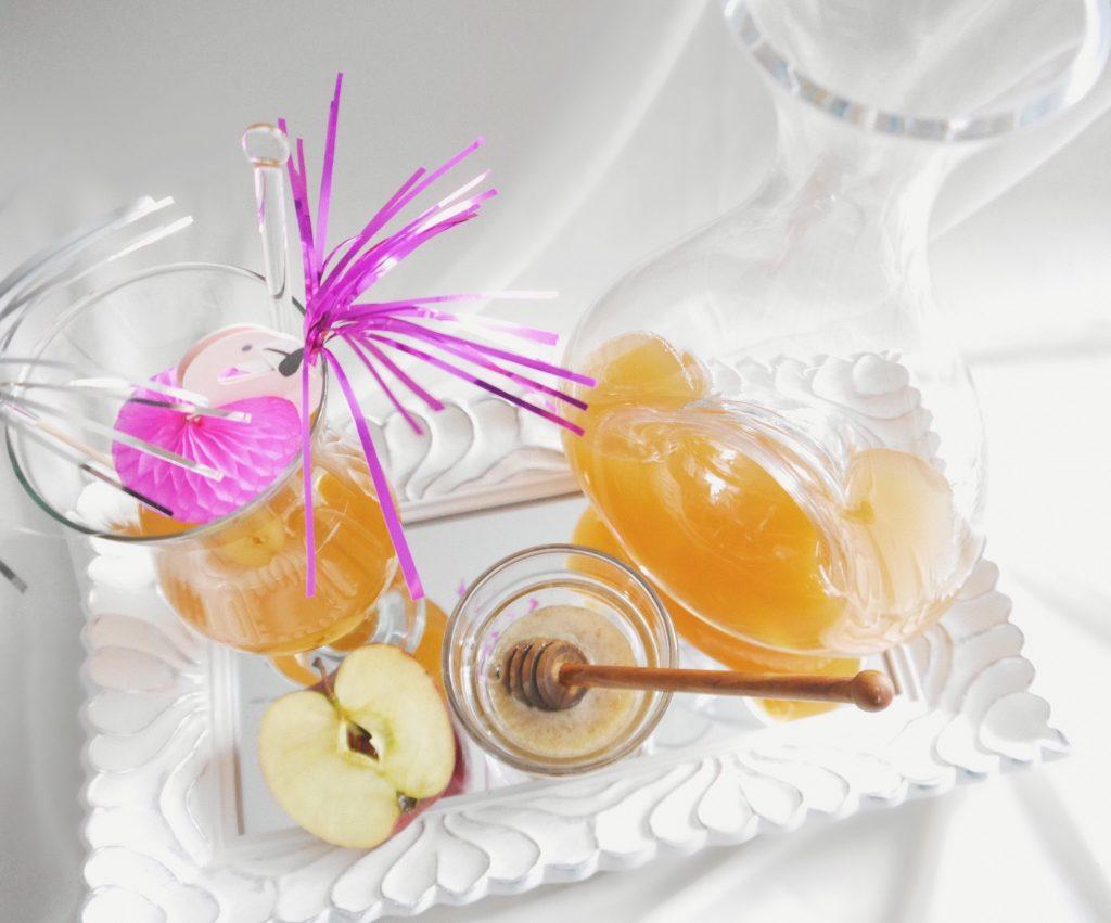 Apfelessig mit Honig, Bioapfel, Cocktail, Cocktailglas, Cocktailschirmchen, Glaskaraffe, Spiegeltablett