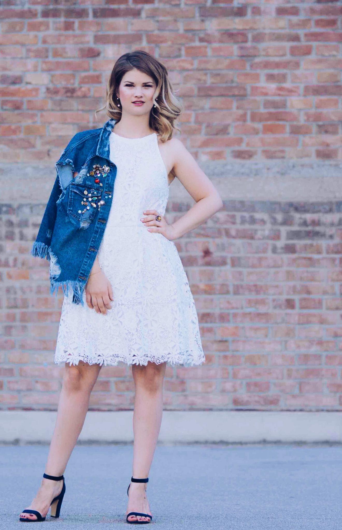 Denim meets Lace – das weiße Sommerkleid