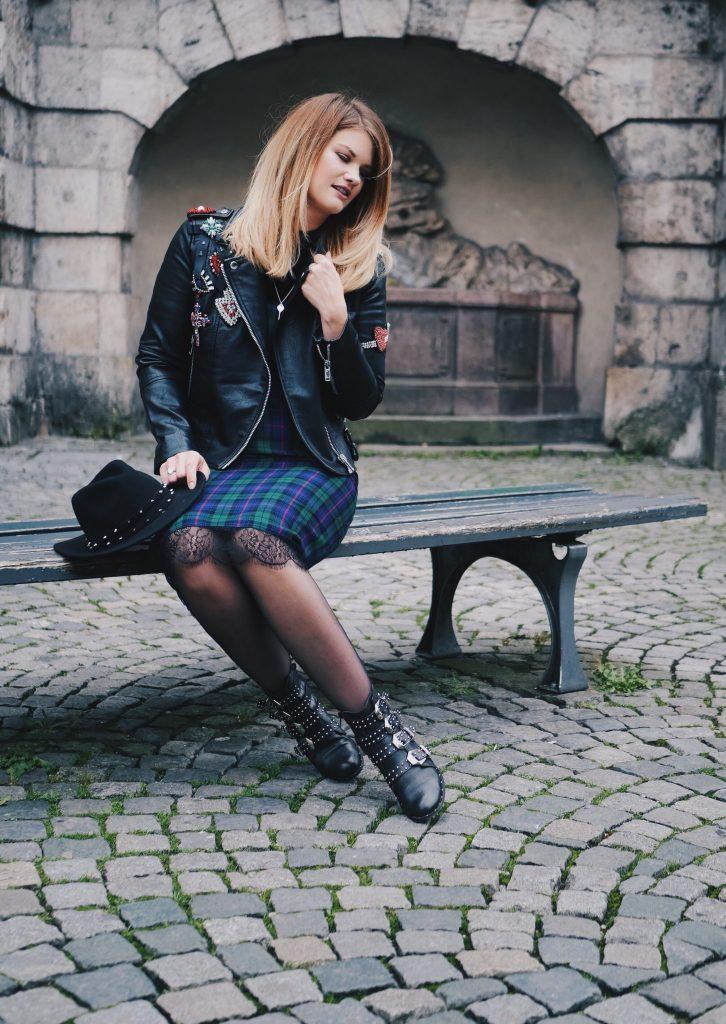Lederjacke von Mango mit Patches aus Strass. Glitzernde Swarovski Steine und ein Wollhut in schwarz mit Nieten. Dazu kombiniert ein Slipdress aus feiner Wolle und englischen Karomuster. Mein Schmuck ist von Tiffany & Co. Tiffany Key an langer Silberkette. Das Foto ist am Lehnbach's in Muenchen aufgenommen! Location in Munich. Bilder fuer den Modeblog Pineapples & Pumps. Das Make-up ist von Mac Cosmetics. Frisur und Haarfarbe sind von Salon Pauli in Muenchen