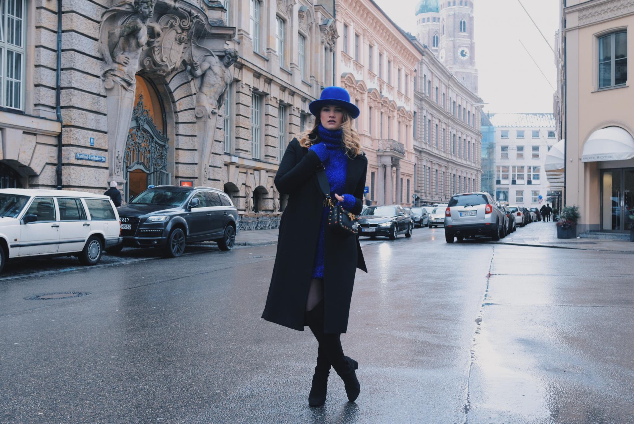 Black meets Blue – Oversize Pullover und Overknees